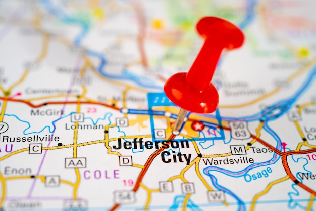 Mapa da estrada de jefferson city, missouri, callaway, cole com pino vermelho, cidade nos estados unidos da américa.