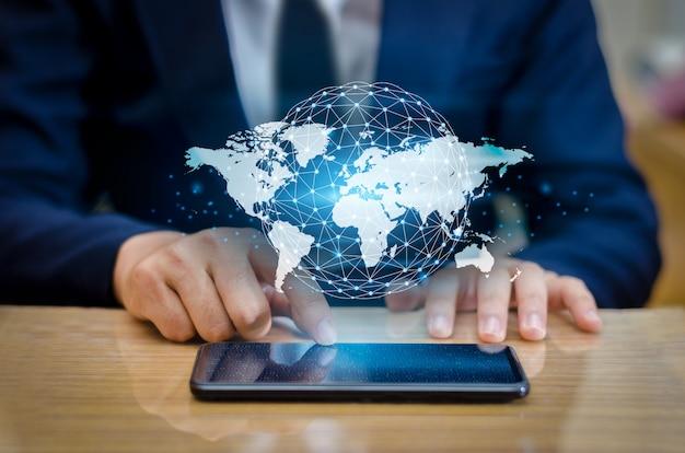Mapa de comunicações globais telefones inteligentes binários e conexões do globo
