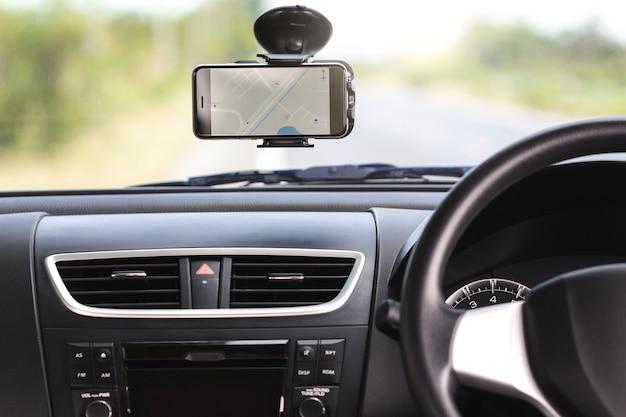 Mapa de navegação gps no telefone no carro de viagem