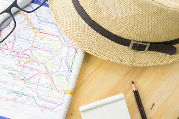 Mapa de planejamento turístico e equipamentos necessários para a viagem.