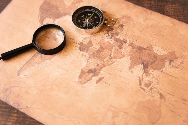Mapa de sépia de alta vista com acessórios