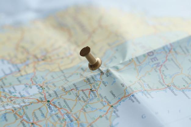 Mapa de viagem com pino de ouro