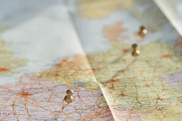 Mapa de viagem com pinos de ouro
