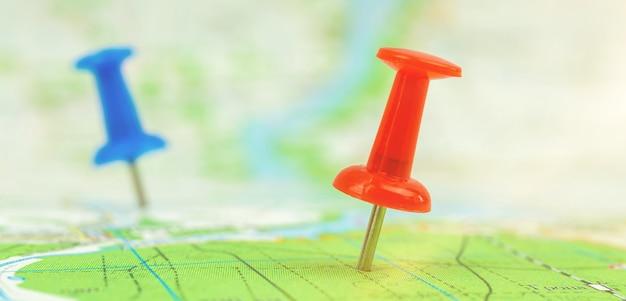 Mapa de viagens de banner com alfinetes, fundo de conceito de turismo e viagem, foto de foco seletivo