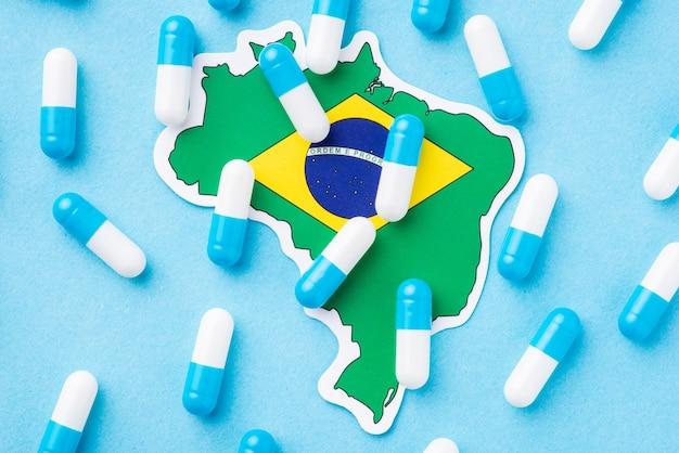 Mapa do brasil com muitos comprimidos. conceito de precária condição médica no país, disseminação de muitas enfermidades e enfermidades
