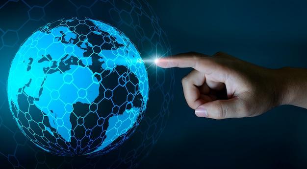 Mapa do mundo nas mãos de uma tecnologia de rede de empresário e comunicação