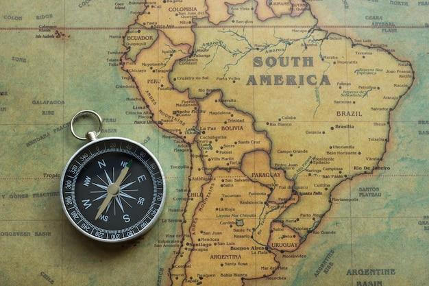 Mapa do vintage da américa do sul e bússola