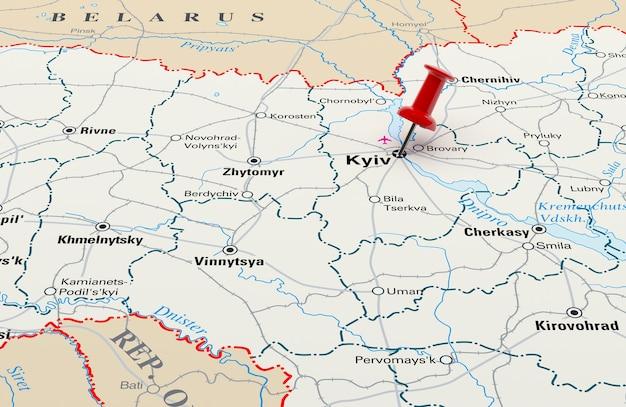 Mapa mostrando kiev, ucrânia, com um alfinete vermelho. renderização 3d