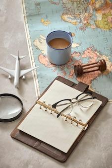 Mapa mundial com café na vista superior da mesa de madeira
