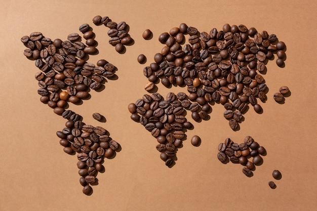 Mapa mundial feito com grãos de café em fundo marrom