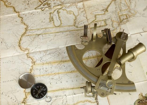 Mapa, sextante e bússola