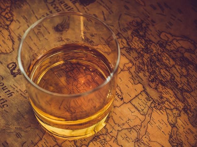 Mapa vintage e um copo de uísque