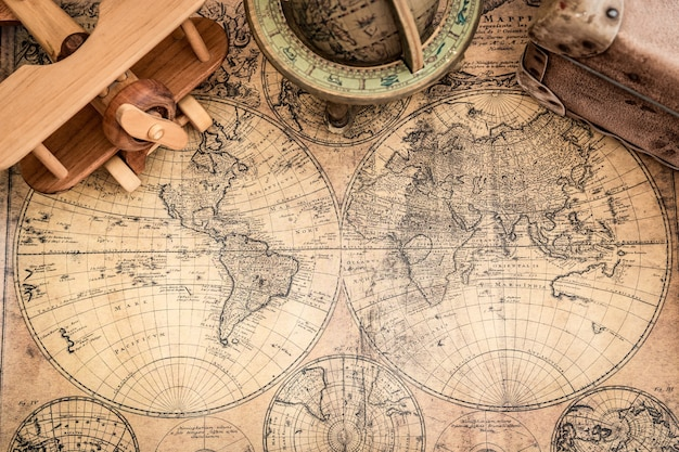 Mapas antigos e objetos náuticos antigos