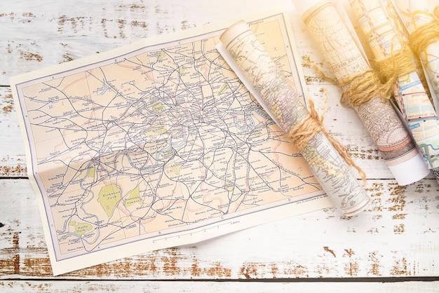 Mapas enrolados em uma mesa de madeira