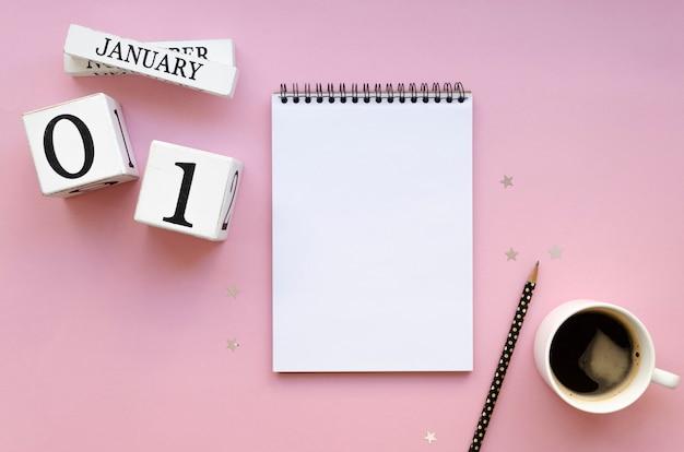Maquete aconchegante da vista superior comece os objetivos do ano novo em 1º de janeiro em um caderno espiral com uma lista em branco para um texto