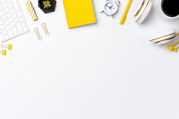 Maquete aérea do espaço de trabalho doméstico com espaço de texto