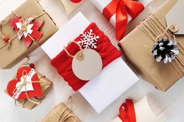 Maquete caixa de presente vermelha de natal e etiqueta com etiqueta de papel em branco
