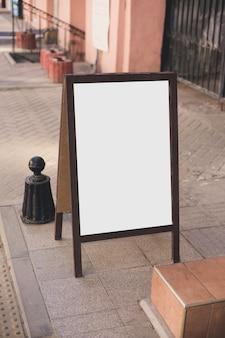 Maquete - carrinho de publicidade de madeira ao ar livre. lugar para texto, pôster ou informação pública.