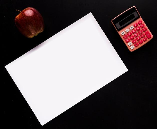 Maquete com papel na mesa preta