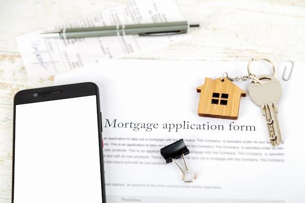 Maquete com tela do smartphone e aplicativo de contrato de empréstimo hipotecário aprovado
