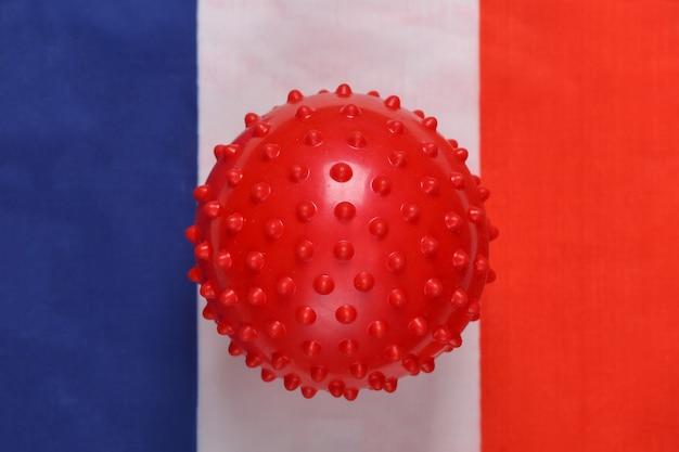 Maquete da cepa do vírus covid-19 no fundo da bandeira da frança