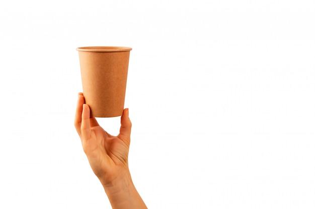 Maquete da mão de uma mulher segurando um copo de papel de café isolado na superfície branca.