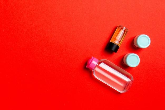Maquete da marca cosmetics spa, vista superior com espaço de cópia. conjunto de tubos e potes de creme liso deitado sobre um fundo colorido.
