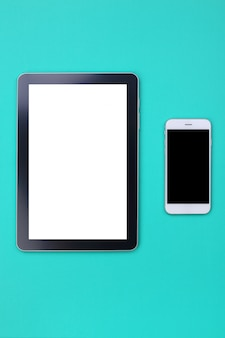 Maquete da tabuleta e smartphone em fundo verde pastel
