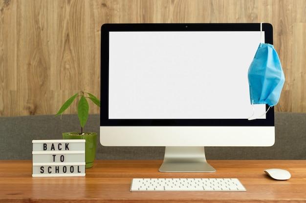 Maquete da tela do computador doméstico com máscara protetora
