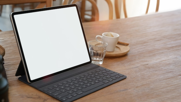 Maquete da tela em branco tablet na mesa com espaço de cópia
