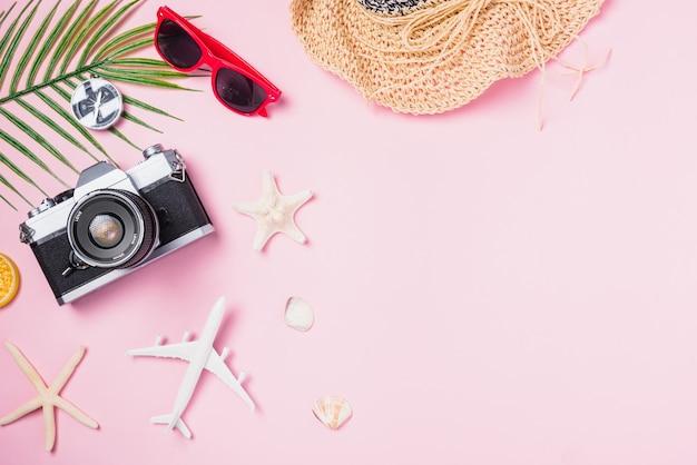 Maquete da vista superior de filmes de câmera retro, avião, chapéu, óculos de sol, acessórios para viajantes de praia estrela do mar