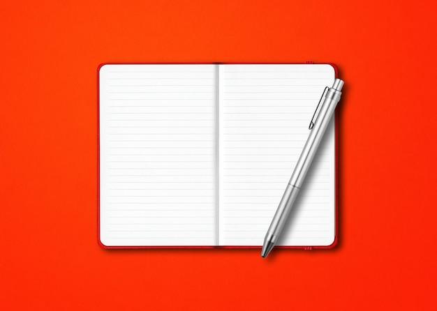Maquete de caderno com forro aberto vermelho com uma caneta