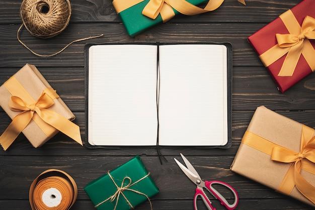 Maquete de caderno com presentes e fita para o natal