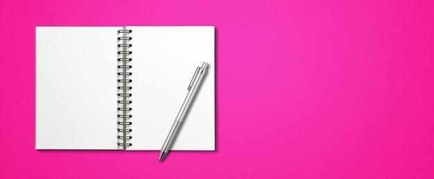 Maquete de caderno espiral aberto em branco e caneta isoladas em banner horizontal rosa