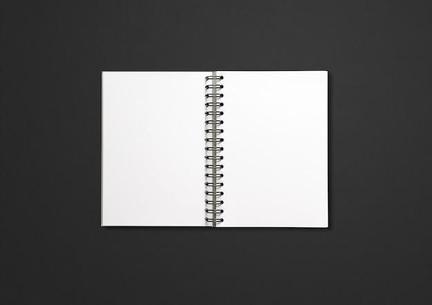 Maquete de caderno espiral em branco isolada em preto