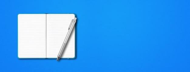 Maquete de caderno forrado aberto ciano com uma caneta isolada sobre fundo azul. banner horizontal