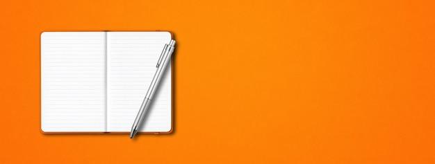 Maquete de caderno laranja com forro aberto com uma caneta