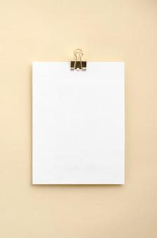 Maquete de caderno para design gráfico em fundo bege