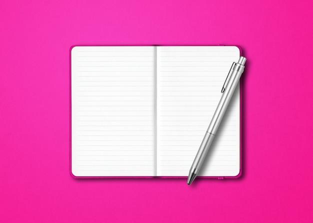 Maquete de caderno rosa com forro aberto com uma caneta isolada em um fundo colorido