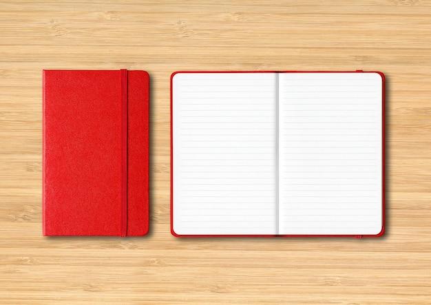 Maquete de cadernos forrados fechados e abertos vermelhos isolados em fundo de madeira