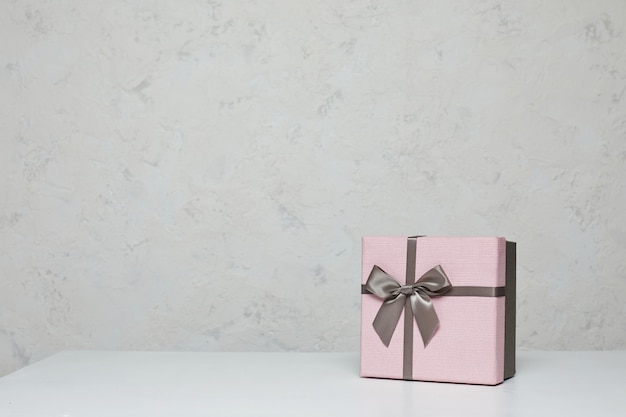 Maquete de caixa de presente rosa na mesa branca