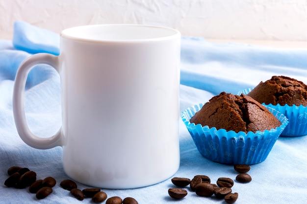 Maquete de caneca branca com muffins de chocolate