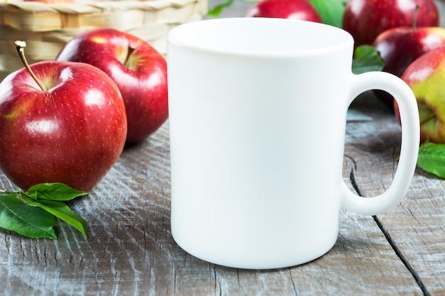 Maquete de caneca de café com maçãs