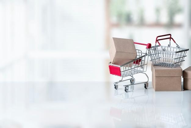 Maquete de carrinho de compras pequeno com caixas de papel