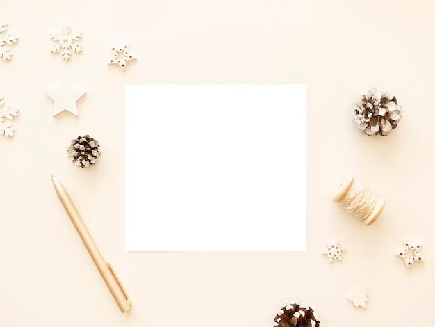 Maquete de carta de feliz natal com pinhas e decorações de natal.