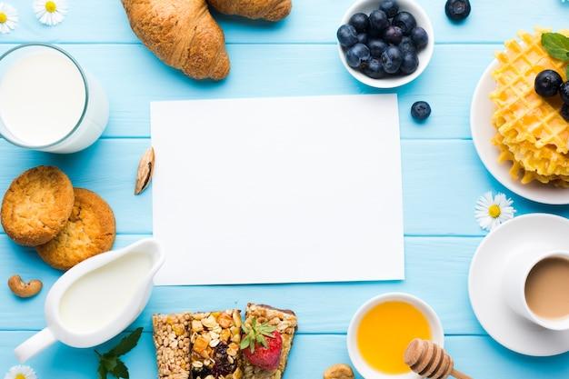 Maquete de cartão de papel plana leigos na mesa de café da manhã