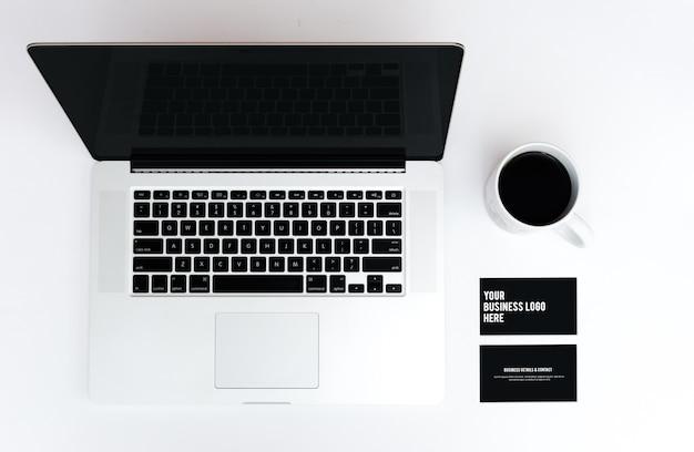 Maquete de cartão de visita e laptop