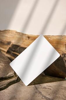Maquete de cartão de visita na rocha para modelo de design criativo de maquete