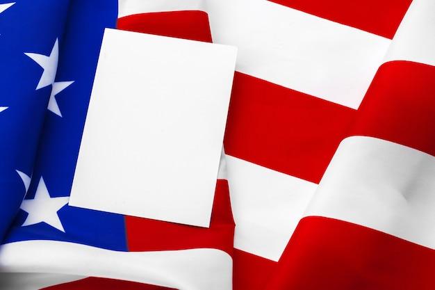 Maquete de cartão em branco com bandeira americana, feliz dia da independência americana, 4 de julho