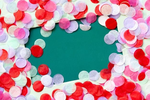 Maquete de cartão presente com quadro de confetes coloridos.